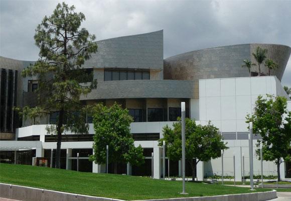 Vista exterior de la Biblioteca de Cerritos (California)