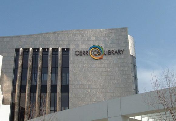 Otra Vista de la Biblioteca de Cerritos (California)