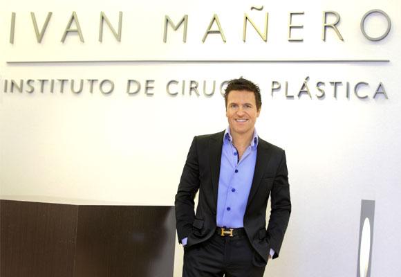 El doctor Iván Mañero en su clínica