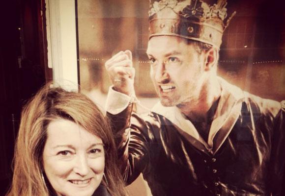 Nuestra colaboradora Amalia Enríquez junto a una fotografía de Jude Lawe, forjado en los escenarios del teatro