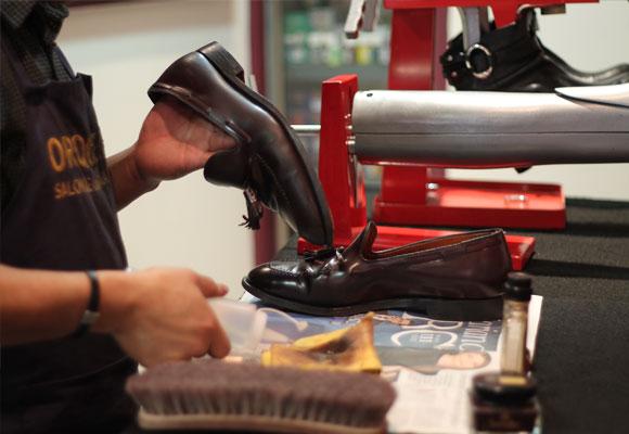 Roberto Orquera trabajando en su taller.