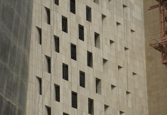 Torre Al Hamra, exterior de piedra caliza