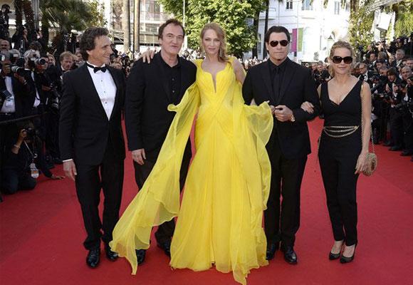 El reparto de Pulp Fiction en Cannes. Uma Thurman con vestido de Versace