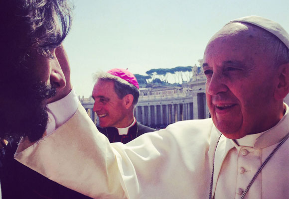 Rodrigo Santoro junto al Papa Francisco en Roma