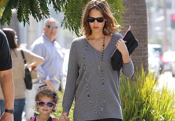 Jessica Alba con su niña. Haz clic para comprar las gafas de niños