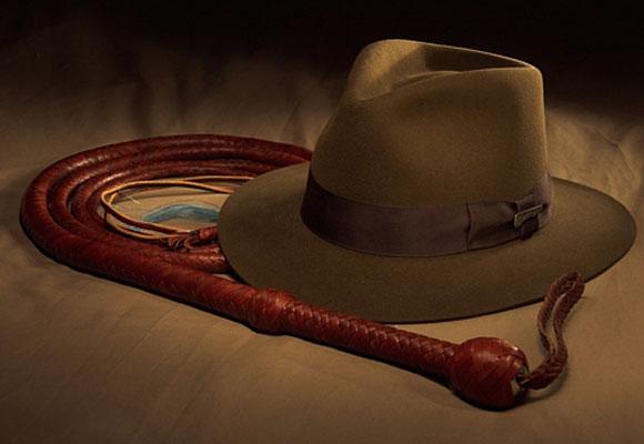 El sombrero y el látigo delatan al héroe. Foto: Stewart