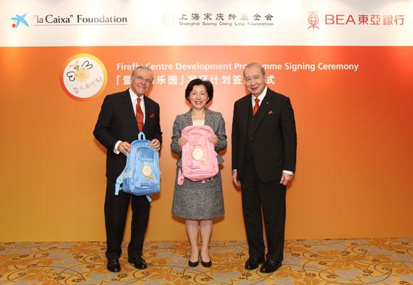 """Isidro Fainé (presidente de """"laCaixa"""") junto a Jianhua Guan (secretaria  general de la Fundación Soong Ching Li) 062ece8dbdd0e"""