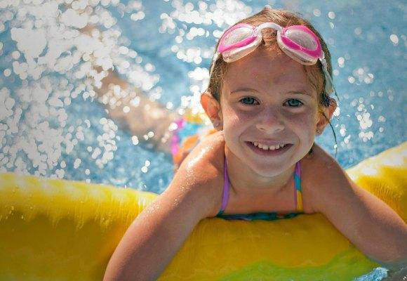 Lux campamentos niña piscina