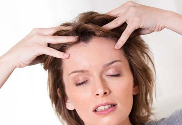 Exfoliar el cuero cabelludo ayudará a tener un pelo más sano
