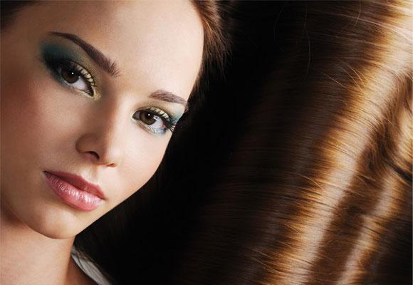 Exfoliar el cuero cabelludo ayuda a tener un cabello más sano y bonito