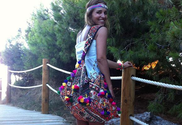 Le gusta llevar un bolso grande a la playa. El de la foto es de Fetiche Suances.
