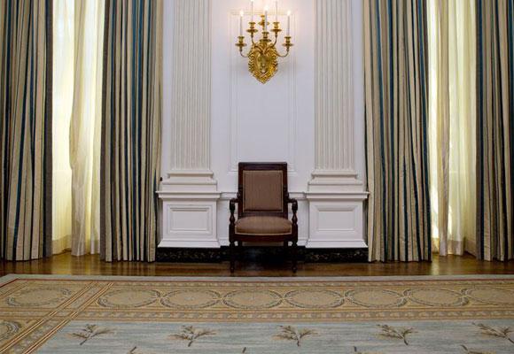 Las cortinas son de seda en rayas verticales
