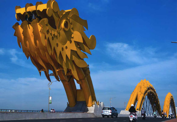 Detalle del puente Dragón de Vietnam. Nghi Nguyen