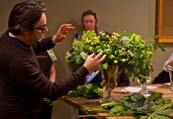 El diseñador francés Christian Tortu explicando cómo hacer un arreglo en tonos verdes, sus preferidos. Fotografía FSNY.