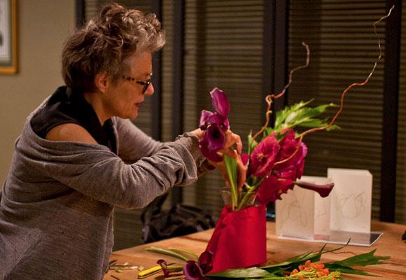 Master Florist Bella Meyer, nieta de March Chagall, dictando una clase. Fotografía FSNY.