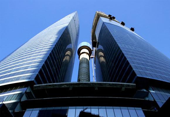 Está compuesto por dos torres y una aguja que encaja en medio