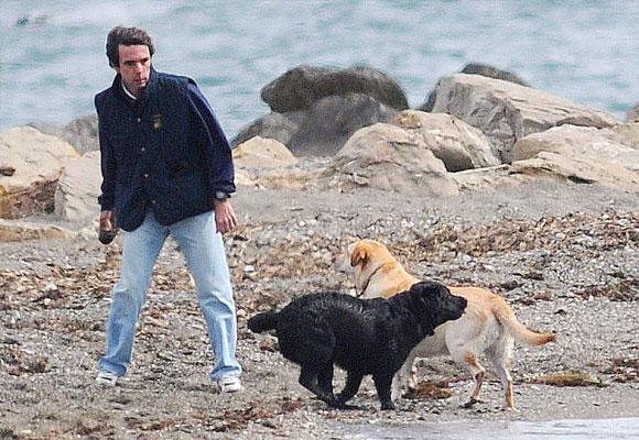 José María Aznar pasea por la playa con dos de sus perros
