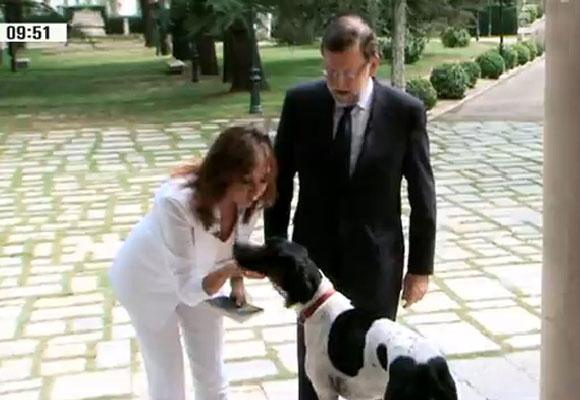 Ana Rosa Quintana saluda al perro de Rajoy. Captura de Pantalla: Telecinco