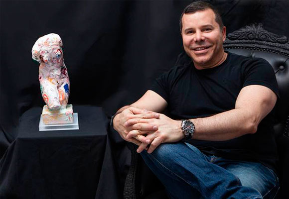 Pedro Sandoval con su busto