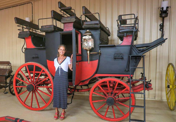 Carla junto a uno de los modelos más antiguos de la colección