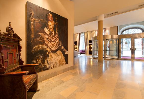 El lobby está decorado con piezas medievales. Reserva aquí tu estancia