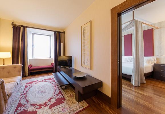 Las habitaciones están decoradas en elegantes tonos crema y tierra. Reserva aquí una