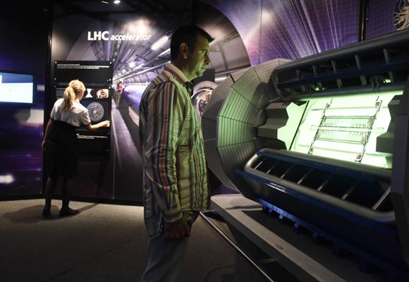 La exposición trata sobre el origen del universo y la física de partículas