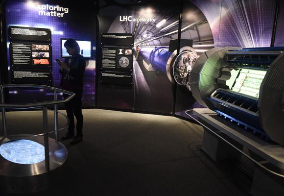la-exposicion-i-acelerando-la-ciencia-i-muestra-a-los-visitantes-las-lineas-de-investigacion-llevadas-a-cabo-en-el-cern-e