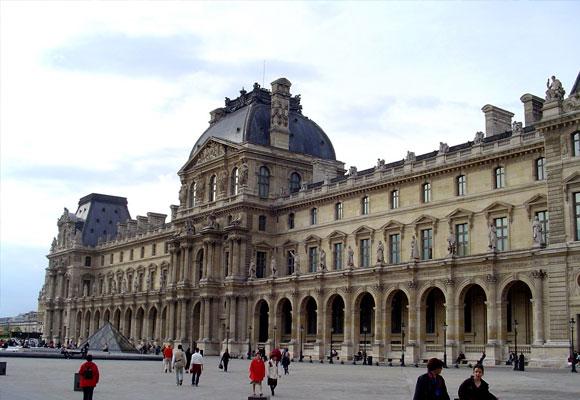 Fachada del museo Louvre
