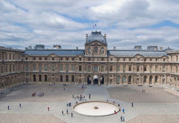 Vista frontal del Louvre