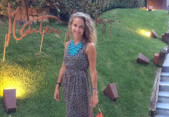 Carla Royo-Villanova a la entrada del restaurante Martín Berasategui