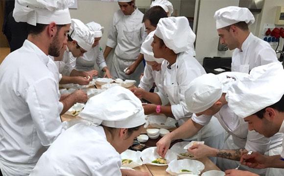 """""""Ser cocinero es el mejor oficio del mundo, ¡sin equipo no se avanza jamás!"""" son las palabras junto a esta foto en su Instagram"""