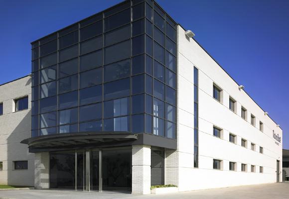 Fachada de la fábrica de Natura Bissé en España