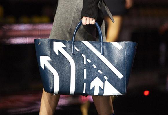 Flechas y señales de tráfico también son protagonistas en sus bolsos