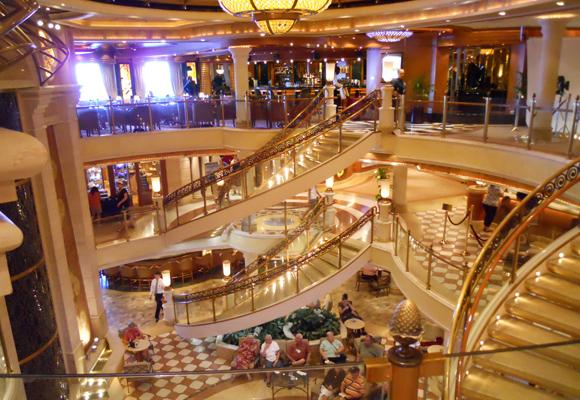 Espectacular interior del Caribbean Princess. Reserva aquí tu crucero de Lux