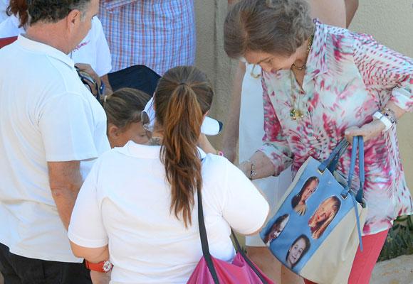 La reina Sofía enseña el bolso personalizado con las fotos de sus nietos