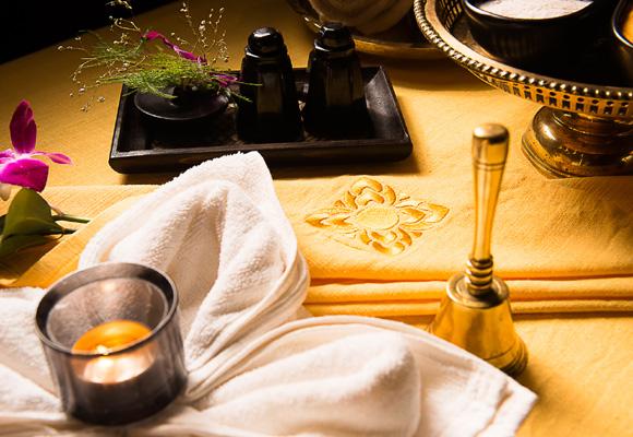 Antes del masaje, elegimos el aroma del aceite. Nosotros nos quedamos con el de jazmín
