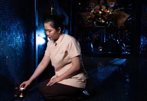 Nuestra masajista prepara con mimo la cabina para comenzar el ritual