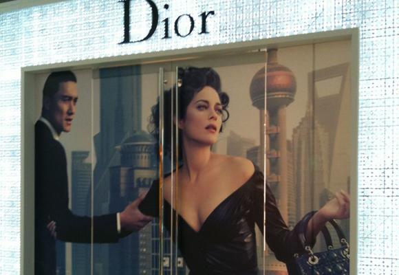 Escaparate de Dior en China. Los clientes ahora prefieren comprar online
