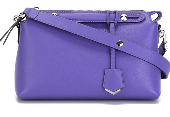Boston de Fendi en tono púrpura. Compra aquí