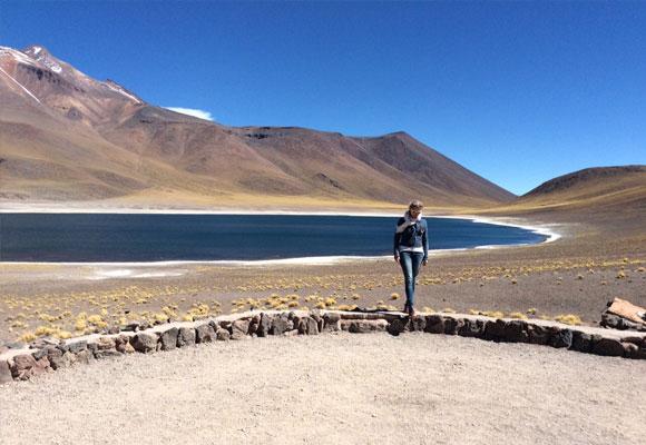 Carla en la Laguna Miñiques del altiplano