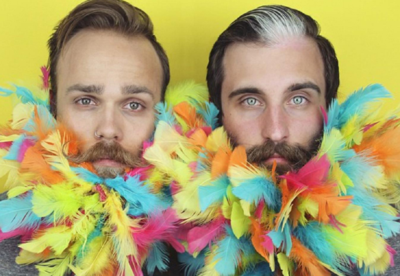 Plumas, glitter... ¡Nada se les resiste a The Gay Beards!