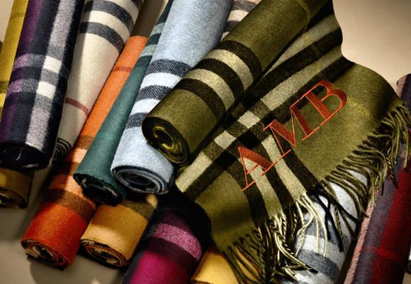 Compra aquí una de las fabulosas y típicas bufandas de Burberry
