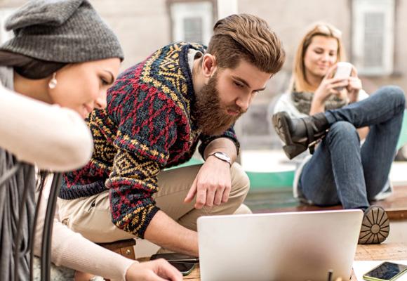Los jóvenes, adictos al móvil, las redes y los ordenadores