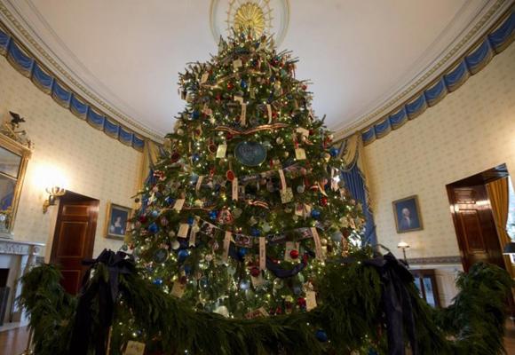 Uno de los muchos árboles que adornan la Casa Blanca en Navidad