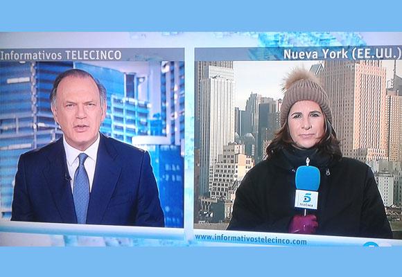 Nuestra directora, Pilar García de la Granja, con guantes