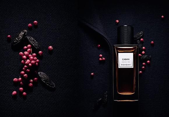 El toque a pimienta rosa es la clave del perfume Caban de YSL