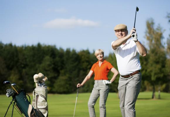 gente jugando a golf