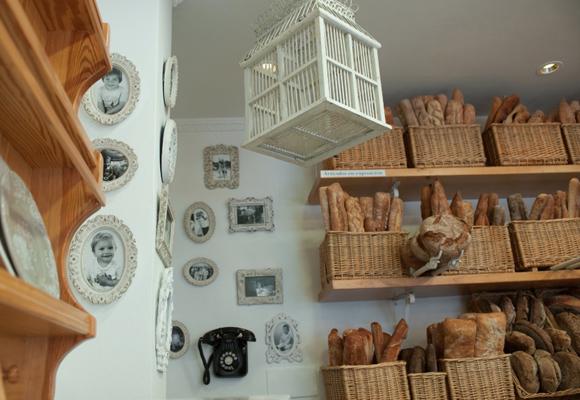 La decoración es delicada y que recuerda a panaderías de antes