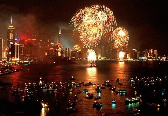 Majestuosos fuegos artificiales en la ciudad de Hong Kong